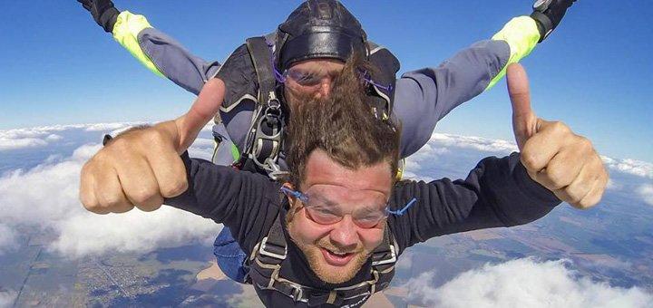 Секс в воздухе при затяжном прыжке с парашютом видео