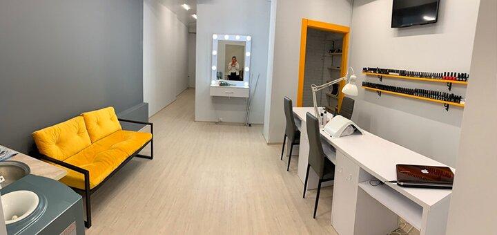 Моделирование, коррекция и окрашивание бровей в студии «Mandarin Nail Studio» с шампанским